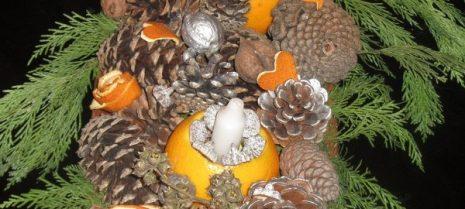 Композиция из шишек и апельсинов
